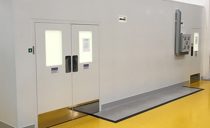 Flush cleanroom system with restricted entrance